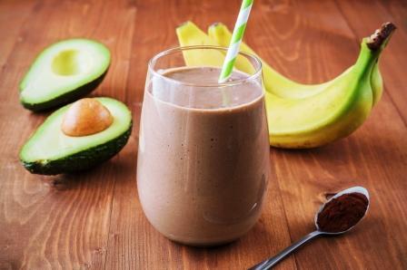 čokoládové smoothie v poháry, banány, avokádo