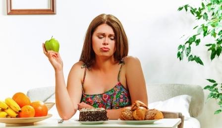 žena chce schudnúť a rozmýšľa nad jedlom