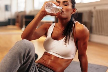 žena pije vodu, hydratácia