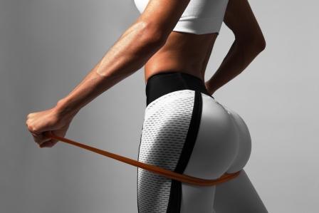 žena v športovom oblečení cvičí