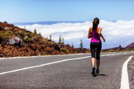 žena v športovom oblečení kráča po ceste