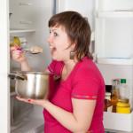 žena je z hrnca v chladničke