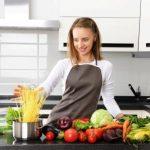 žena varí v modernej kuchyni zo zdravých potravín