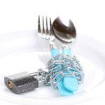 prázdny tanier s príborom v reťazi