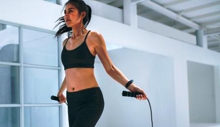 Fitness zena skace pres svihadlo