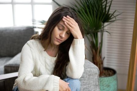 Frustrovana unavena mlada zena