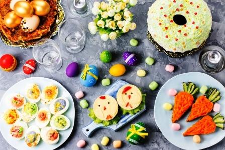 Funny farebne velkonocne jedlo pre deti s dekoraciami na stole