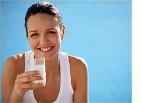 zena pije mlieko - bielkoviny (proteiny)