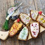 Pekné občerstvenie s rôznymi druhmi nátierok na kúsku chleba