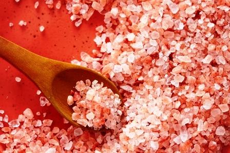 Ruzova himalajska sol v lyzici