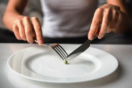 anorexia - dievca sa snazi dat hrach na vidlicku