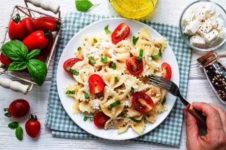 cestovinovy salat s balkanskym syrom, cherry paradajky, bazalka