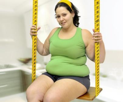 obézna žena na hojdačke potrebuje diétu