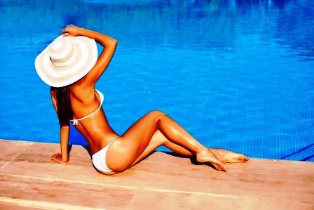 chudnutie do leta stihla zena sedi pri bazene