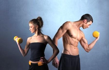 chudnutie mlady muz a zena v sportovom obleceni zdvihaju cinky