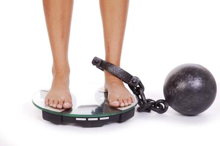 Ako schudnúť - žena stojí na váhe