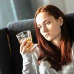chudnutie zena drzi pohar whisky