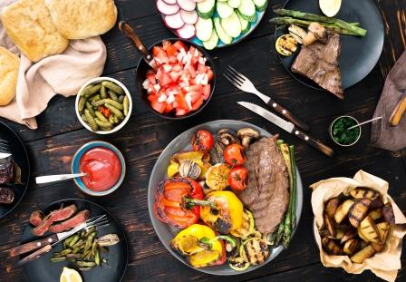 grilovane jedla - maso, zemiaky zelenina