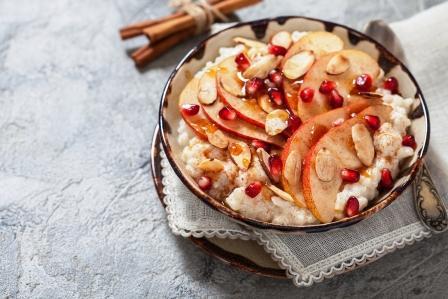 kokosová ryza s granatovymi jablkami, skoricou a mandlovymi platkami