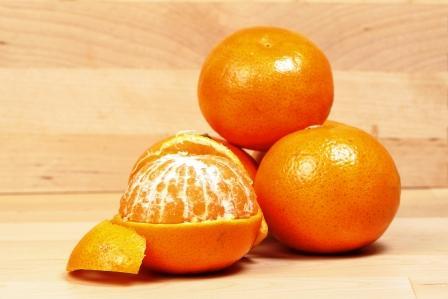 mandarinky na stole - celé i ošúpané