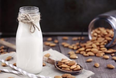mandlové mleko s celymi mandlemi