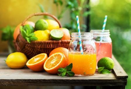 mix citrus.ovoce v košíku a šťáva v pohári