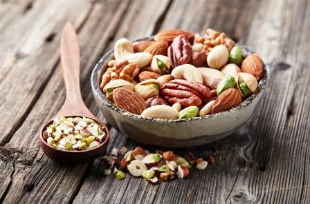 mix orechov v miske vlašské, kešu, lieskové pistácie orechy