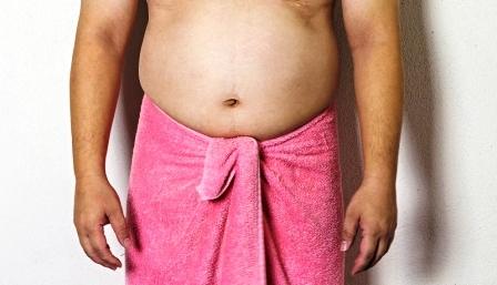 muž má nadváhu a veľké brucho