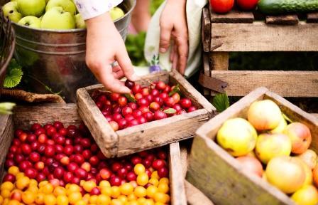 žena na trhu predáva ovocie - výborná nutričná hodnota, priemerná energetická