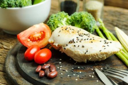 porcia mäsa so zeleninou na drevenej tácke