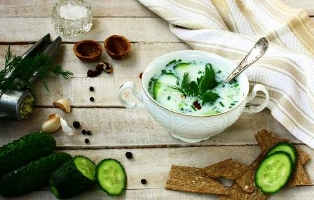 studená polievka s uhorkami, bylinky a cesnak