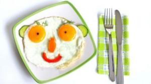 tanier so zeleninou a vajickami - usmev