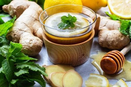 teplá voda Zázvorový čaj v pohári s citrónom, mätou a medom.