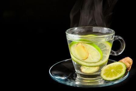 teplá voda s citrónom a zázvorom