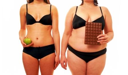 Tučná žena má čokoládu a chudá jej je príkladom ako schudnúť
