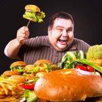 tucny muz si vybera medzi zdravym a nezdravym jedlom
