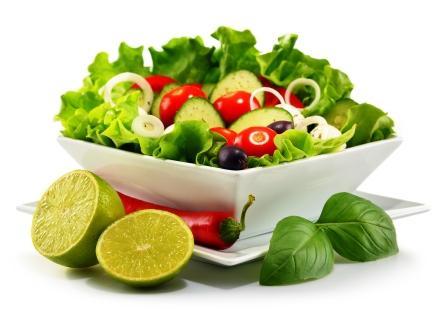vegetariánsky zeleninový šalát v bielej miske a chilli s limetkou
