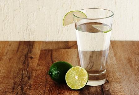 voda v pohári ozdobeným limetkou