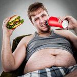 tučný muž je fastfood