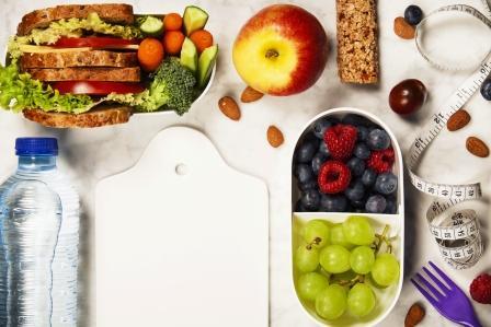 zdravá fitness strava - ovocie,cereálie, orechy, voda, sendvič, zelenina