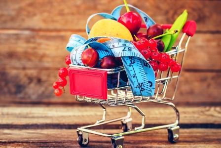 zdravé potraviny v nákupním košíku plánujte si hubnutí