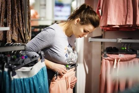 zena nakupuje nove oblecenie